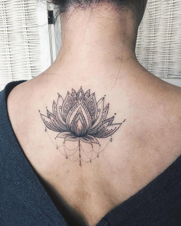 Lotus am Rücken tätowieren lassen, weibliche Tattoo-Motive, schwarz, zart