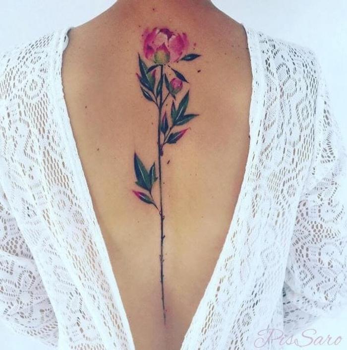 effektvolle weibliche Tattoo-Motive, große Blume, rosa und grün, tiefer Rückenausschnitt