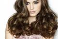 Trendiges Haarstyling mit Locken, leicht gemacht