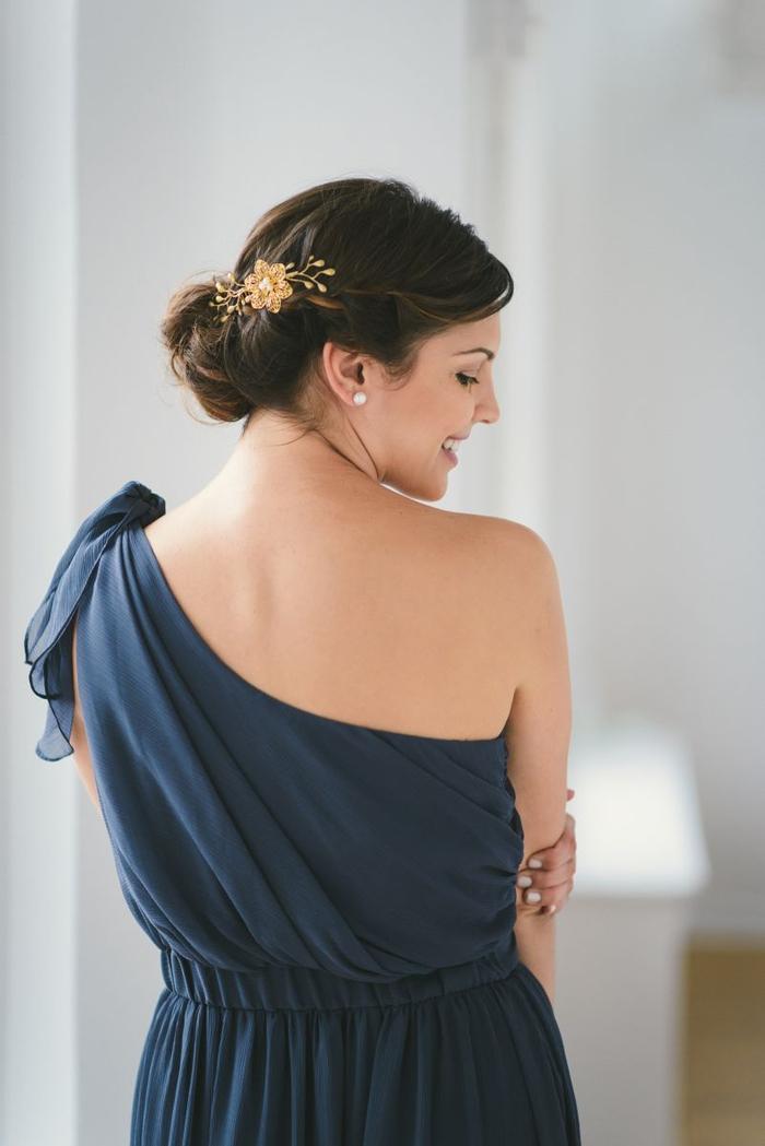 Brautjungfern Frisuren blaues Kleid mit nacktem Schulter Haarschmuck wie goldene Blume