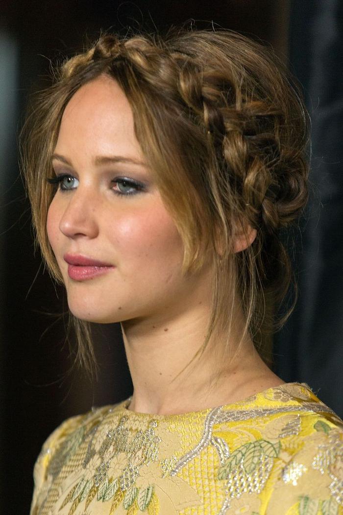 Brautjungfern Frisuren gelbe Bluse Kranz von Zopf blonde Haare rosa Lippenstift