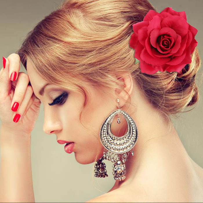 rote Haare rote Rose roter Nagellack große Ohrringe Brautjungfern Frisuren