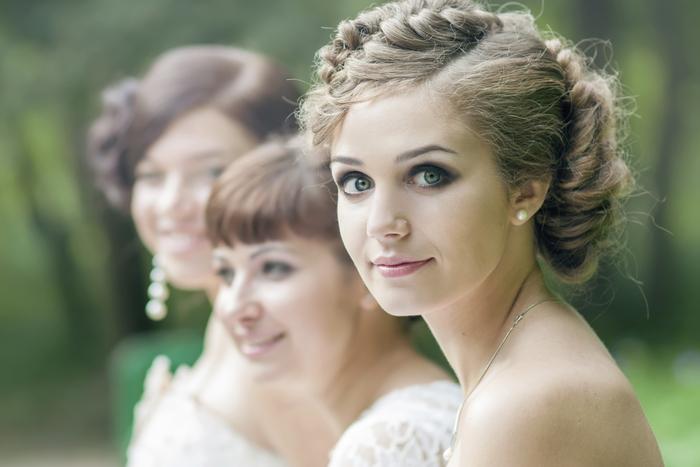 Braut und Ihre Freundinnen viele Zopffrisuren niedliche Frauen Brautjungfern Frisuren