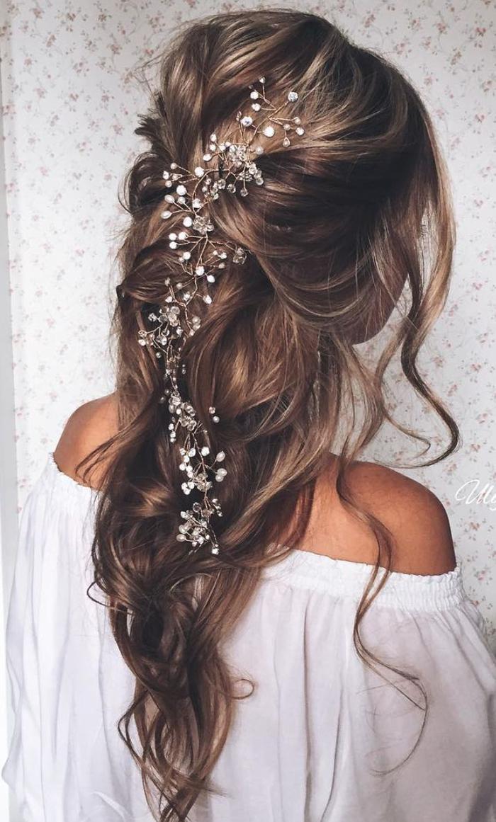 lange Haare mit Haarschmuck aus weißen Perlen im Mittelpunkt - Frisur Brautjungfer