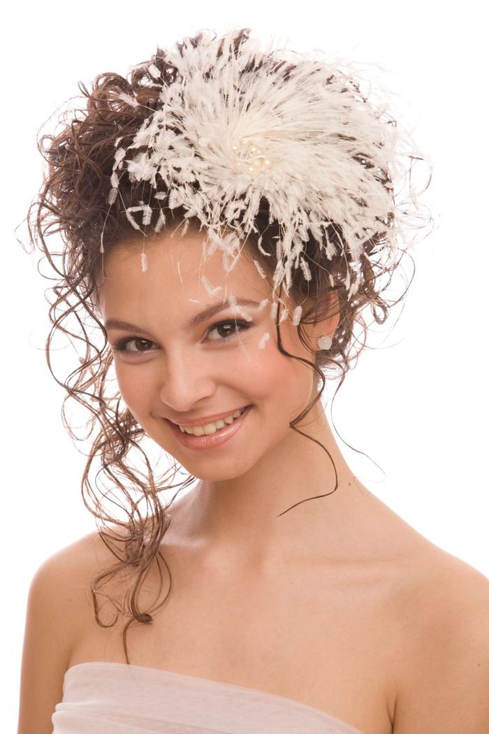 niedliches Mädchen Frisur Brautjungfer lockige Haare große weiße Blume mit Glasperlen