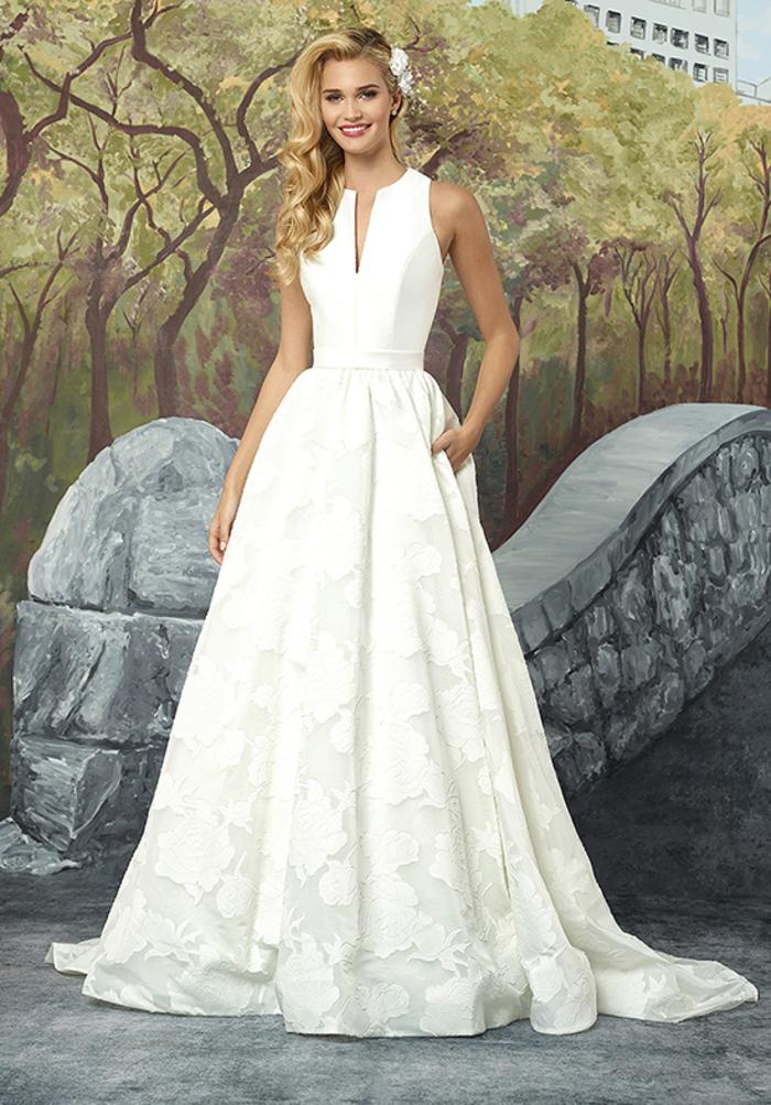 schlichtes und stilvolles Hochzeitskleid, mit V-Ausschnitt, weit und bodenlang