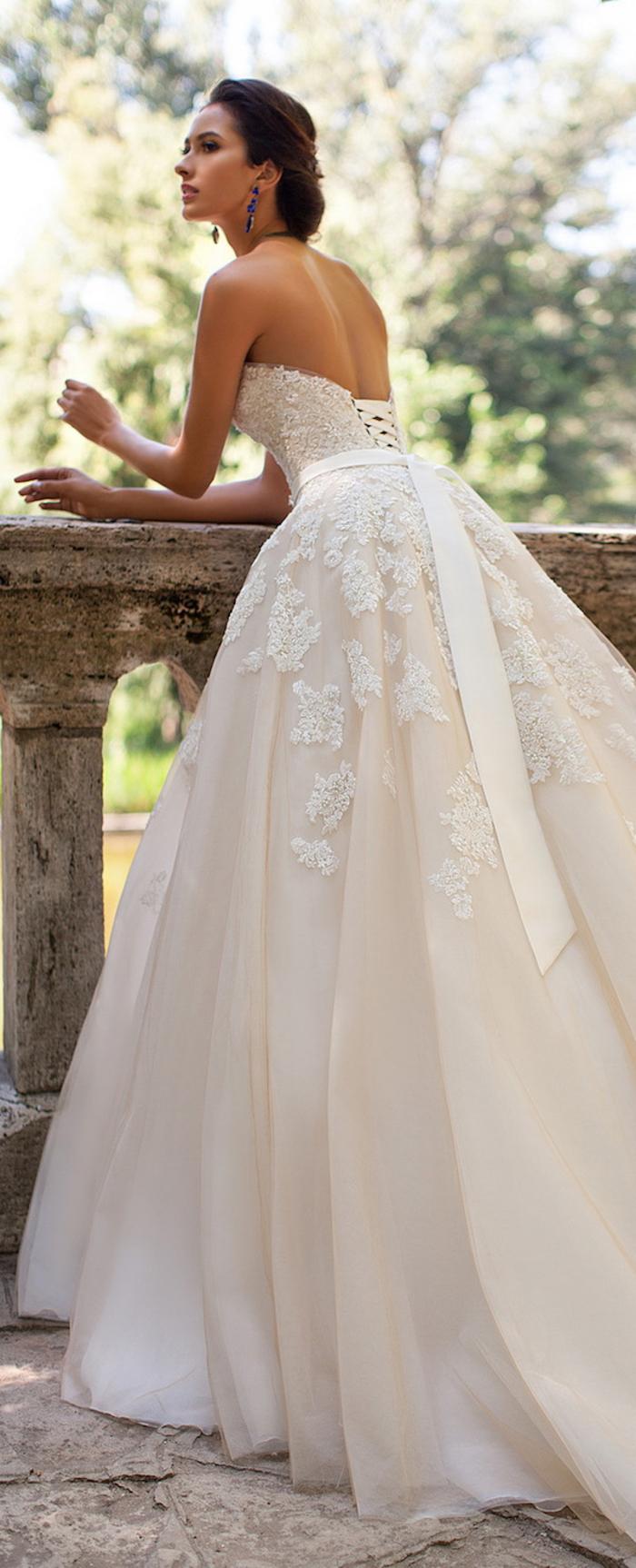 weites Hochzeitskleid mit Korsett und Spitzen-Elementen, romantischer Look, trägerlos, mit tiefem Rückenausschnitt