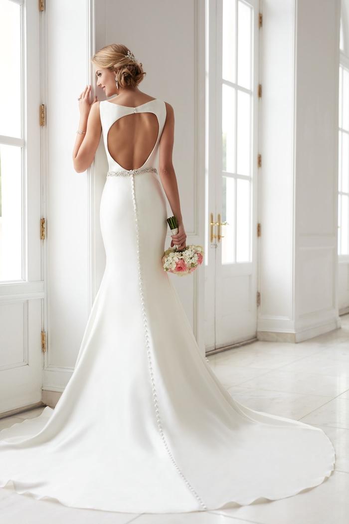 schlichtes und elegantes Brautkleid, mit langer Schleppe, Rückenausschnitt, Perlenstickerei