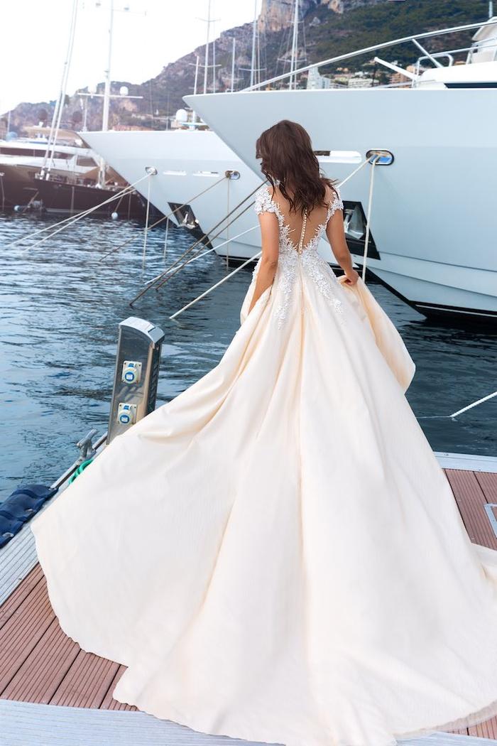 weites Brautkleid mit langer Schleppe, tiefem Rückenausschnitt, kurzen Ärmeln