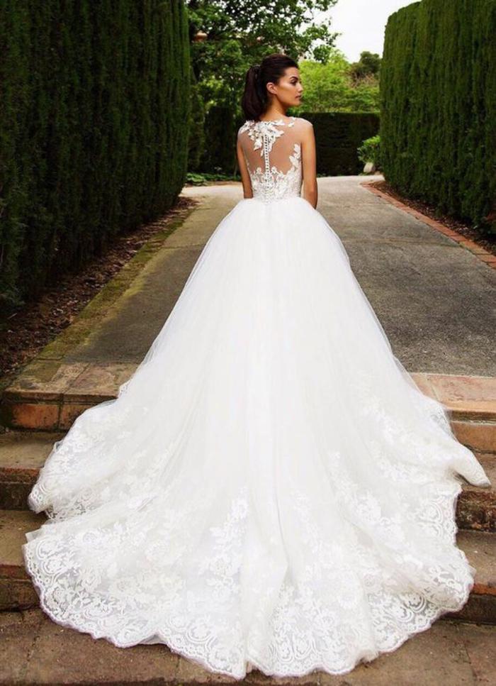 märchenhaftes Brautkleid mit langer Schleppe und Spitzen-Elementen, ärmellos