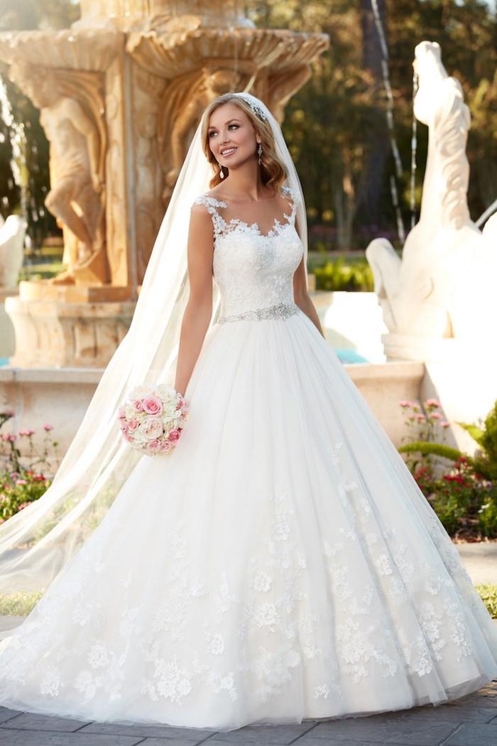 weites Hochzeitskleid, bodenlang und weit, mit Schleier, mit Spitzen-Elementen