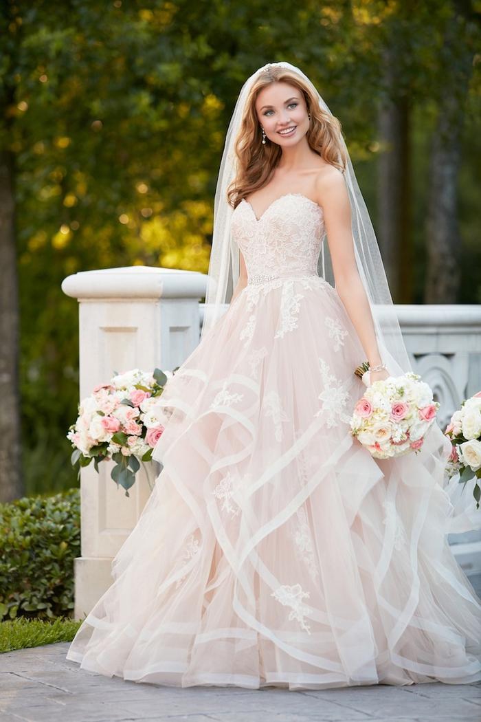 Hochzeitskleid in Cremeweiß, trägerlos, mit Herz-Ausschnitt, mit Schleier