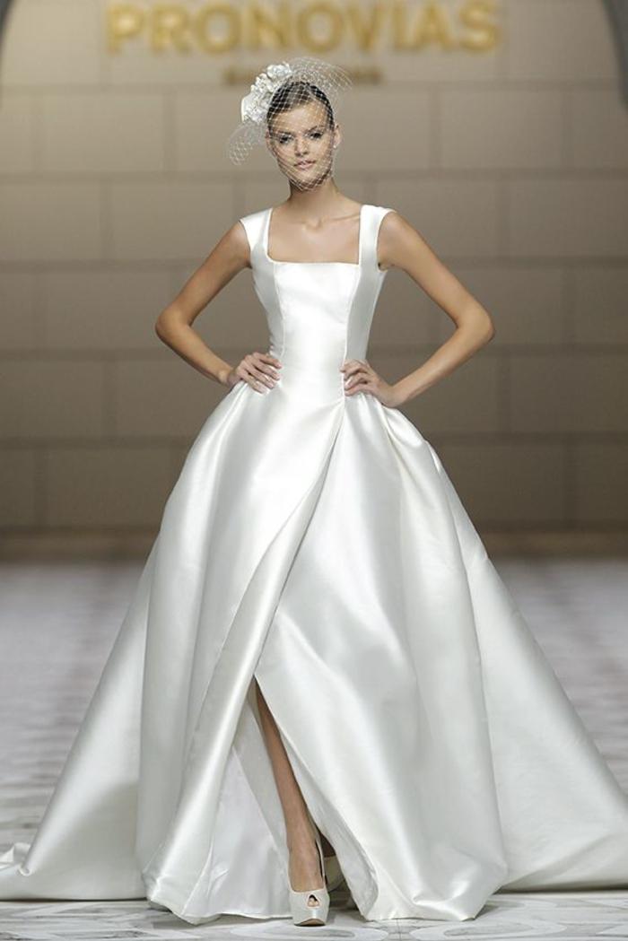 weites Brautkleid mit Schlitz und Trägern, schlicht und elegant, bodenlang, mit langer Schleppe
