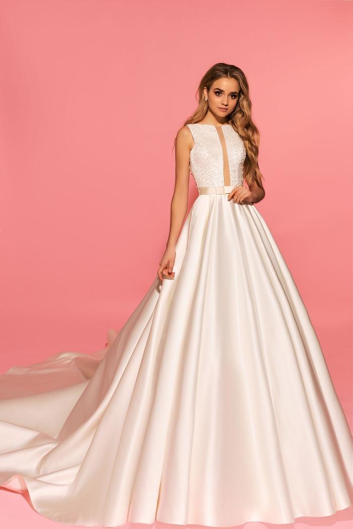 schlichtes und stilvolles Hochzeitskleid aus Satin, ärmellos mit langer Schleppe