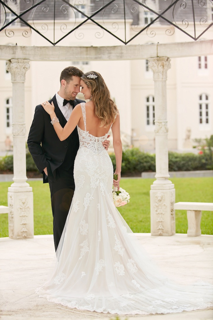 Hochzeitskleid mit Spaghettiträgern, mit tiefem Rückenausschnitt, mit langer Schleppe