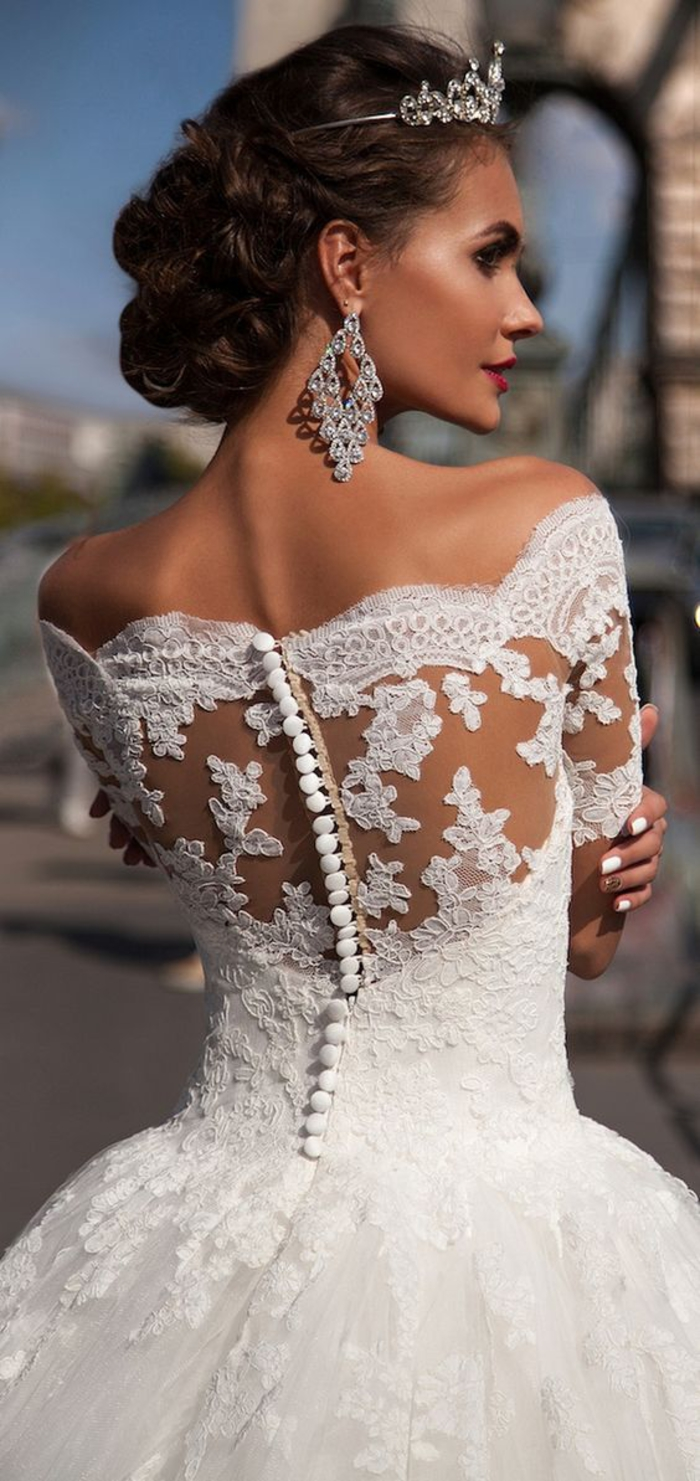 traumhaftes Hochzeitskleid mit Spitzen-Elementen, kurze Ärmel, schulterfrei, weit