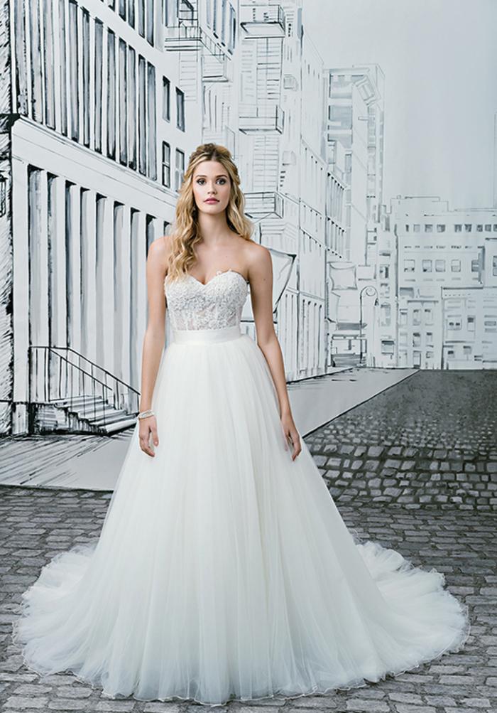 Prinzessinnen Brautkleid, trägerlos, mit Herz-Ausschnitt, aus Tüll und Spitze, bodenlang, mit langer Schleppe