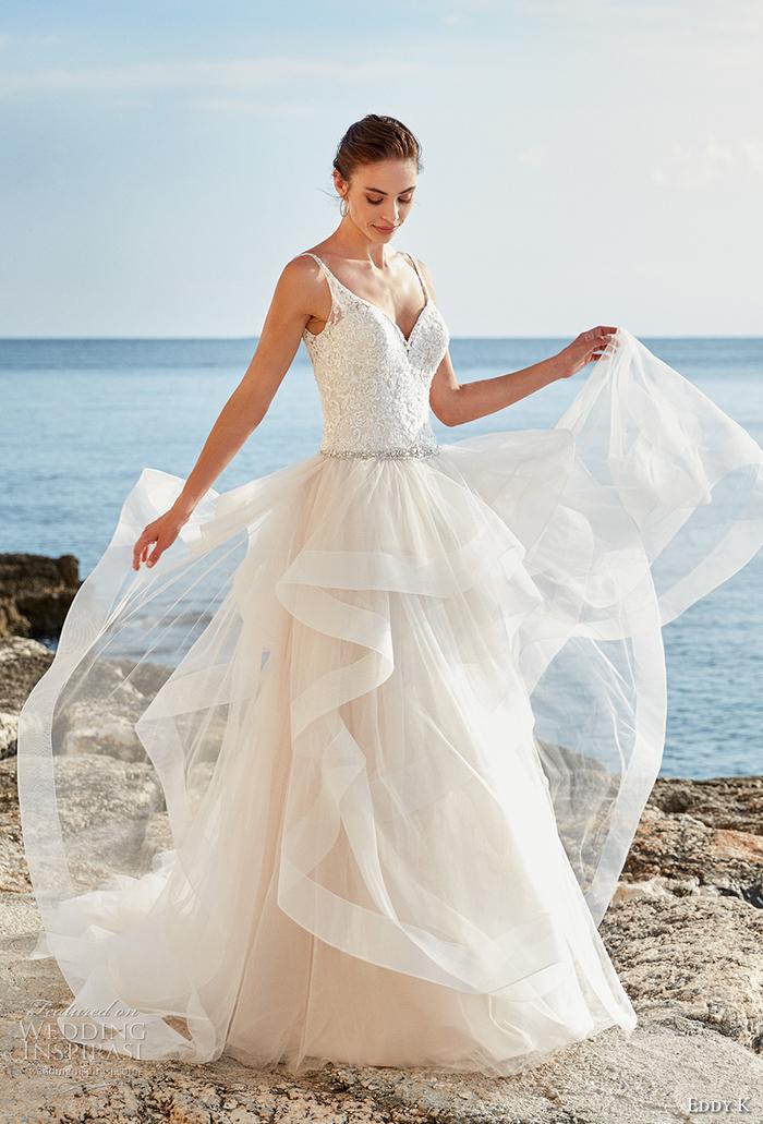 Hochzeitskleid mit Spaghettiträgern und Herz-Ausschnitt, mit Kristallen dekoriert, weit