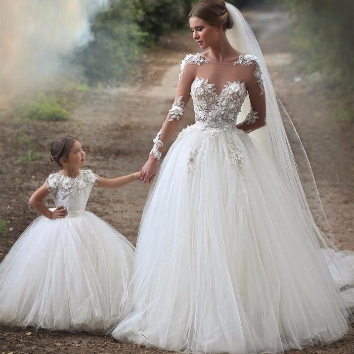prachtvolles Brautkleid mit Spitzen-Elementen und Tüll, Herzausschnitt, mit Schleier