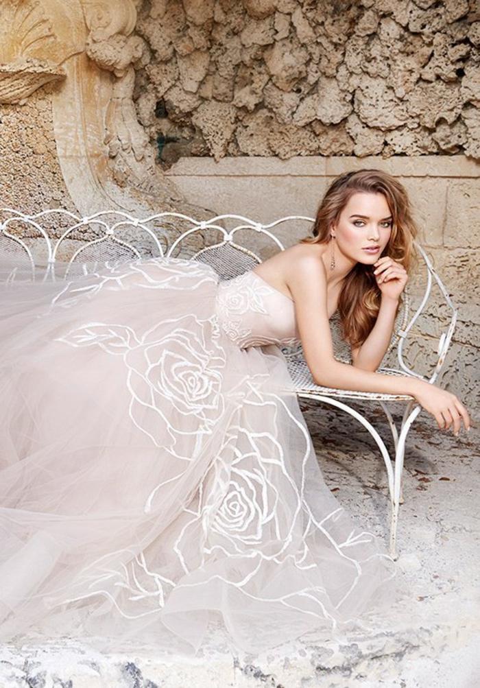 Brautkleid aus Tüll und Spitze, trägerlos, mit Herz-Ausschnitt, mit Blumenmotiven