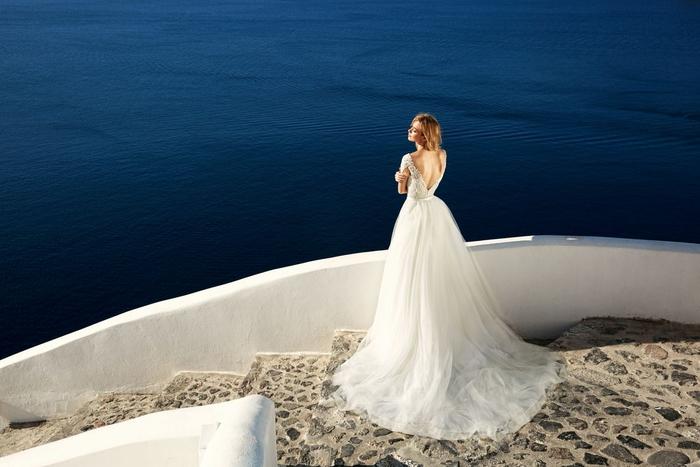 Brautkleid tiefem Rückenausschnitt, Tüll und Spitzen-Elemente, lange Schleppe