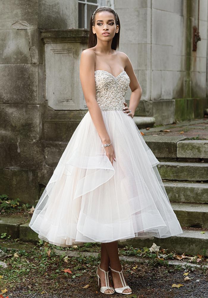 Sommer Brautkleid aus Tüll und Spitze, trägerlos, mit Herz-Ausschnitt, schlicht und stilvoll