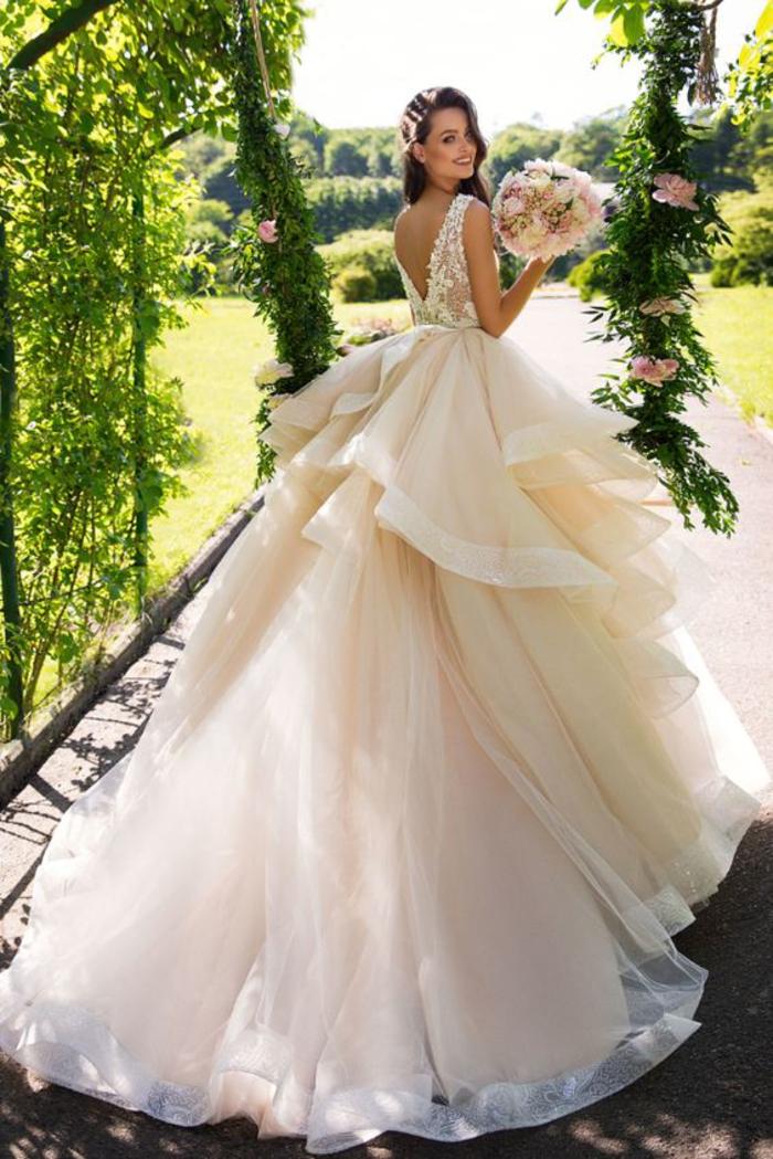 Prinzessinnen Brautkleid in Cremeweiß, Tüll und Spitzen-Elemente, tiefer Rückenausschnitt