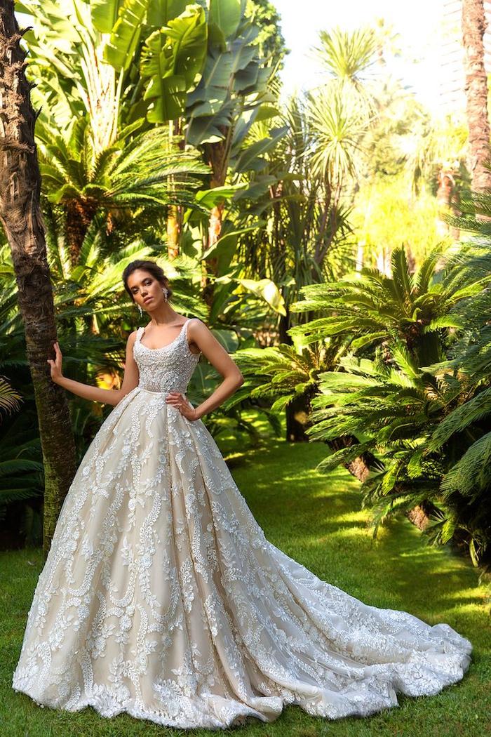 Prinzessinnen Brautkleid mit langer Schleppe und Spitzen-Elementen, U-Ausschnitt, mit Trägern