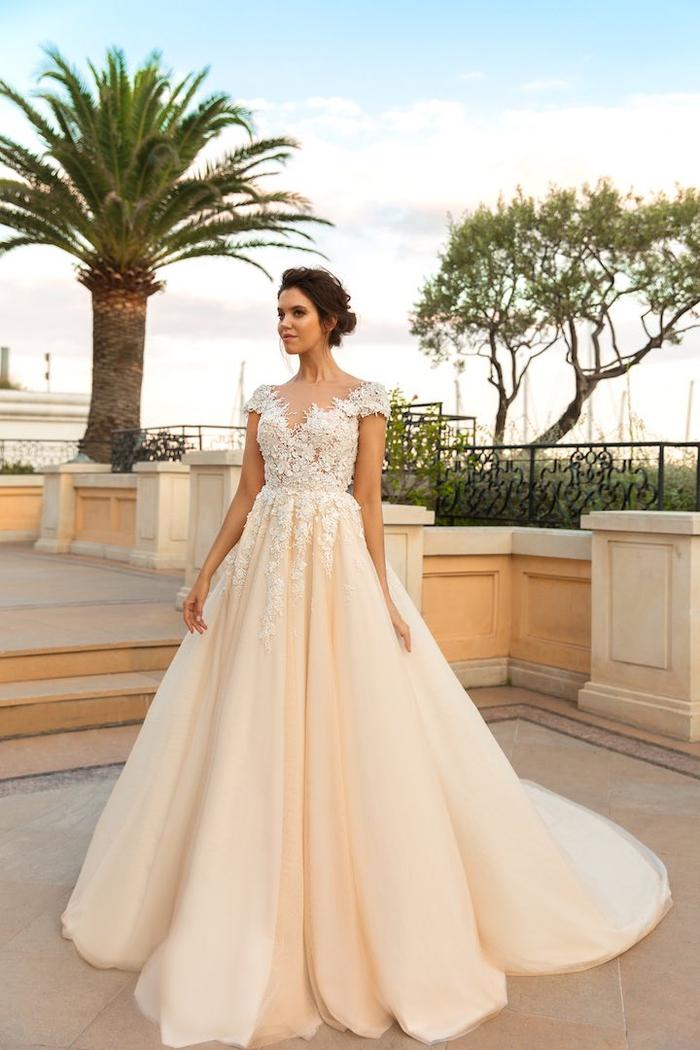 traumhaftes Brautkleid, weit, mit langer Schleppe, in Cremeweiß, mit kurzen Ärmeln, mit V-Ausschnitt