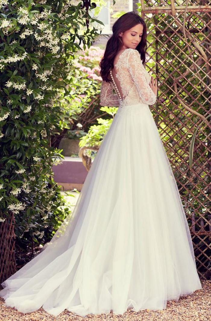 weites Brautkleid mit Spitzen-Elementen und Perlenstickerei, bodenlanger Tüllrock