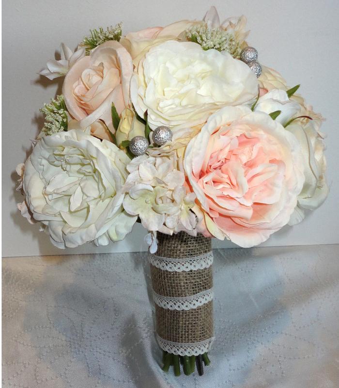 Brautstrauß vintage mit weißen und rosa Blumen silberne Dekorationen und mit Sackleinen umhüllt