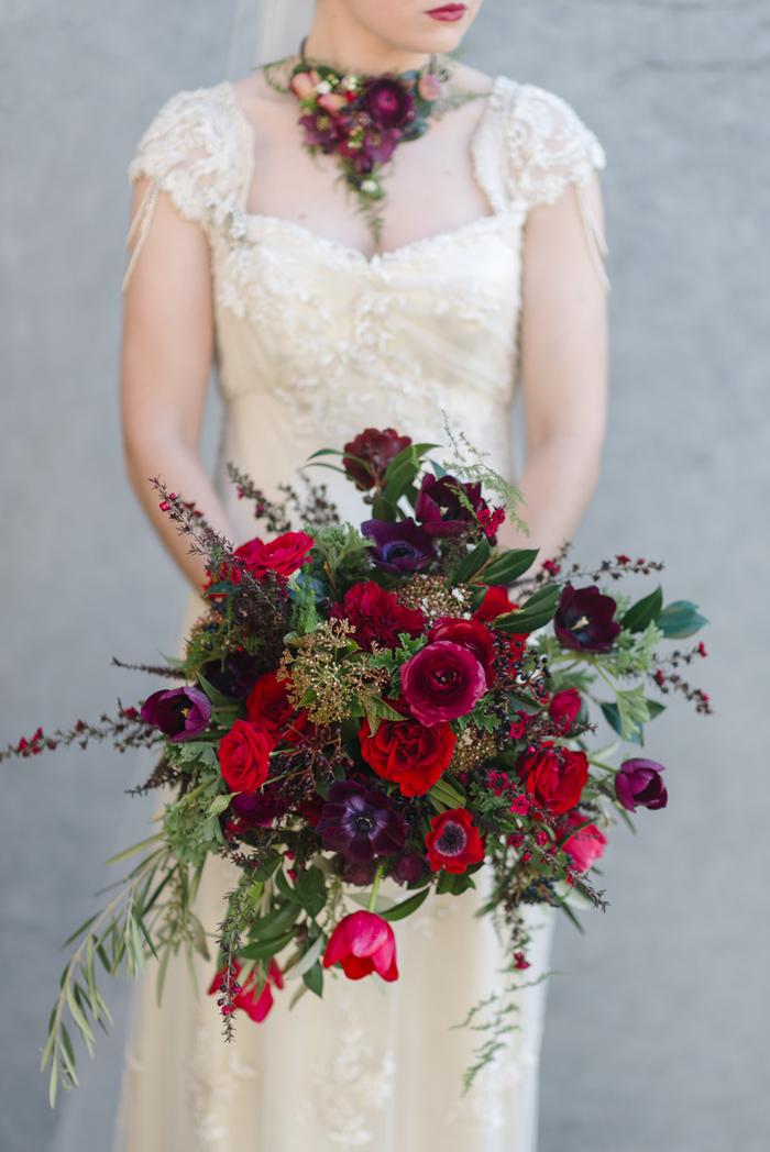 dunkelrote Blumen und lila Blumen grüner Akzent Brautstrauß vintage