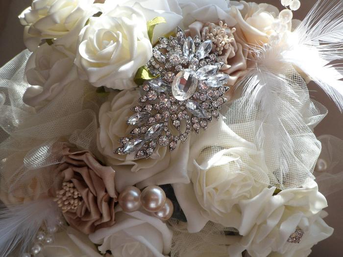 weiße Blumen und prächtige Dekoration aus Silber und Glasperlen Brautstrauß vintage