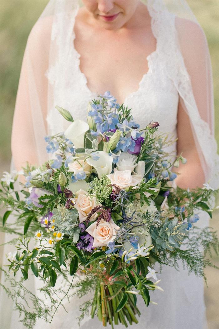 weiße und kleine blaue Blumen Feldblumen Hochzeitstrauß Frühling Brautstrauß vintage