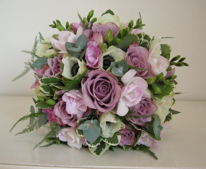 lila und rosa Blumen mit einem grünen Akzent Brautstrauß vintage für den Sommer