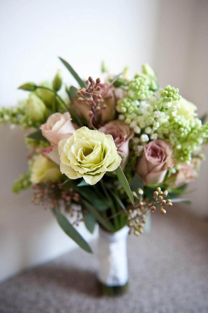Brautstrauß vintage mit rosa und weiße Rosen verschiedene Dekoration aus Pflanzen