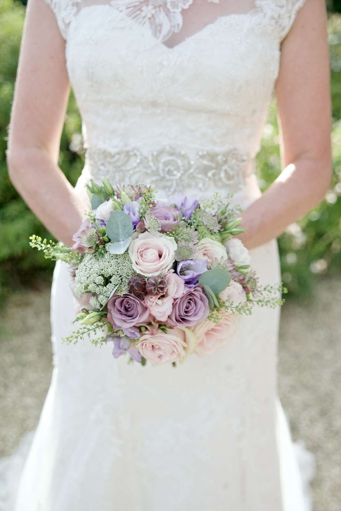 rosa und lila Blumen, grüne Akzente Hochzeitskleid mit silbernen Spitzen