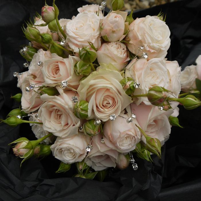 rosa Rosen in verschiedene Stufen von Wachstum und silberne Dekoration - Brautstrauß vintage