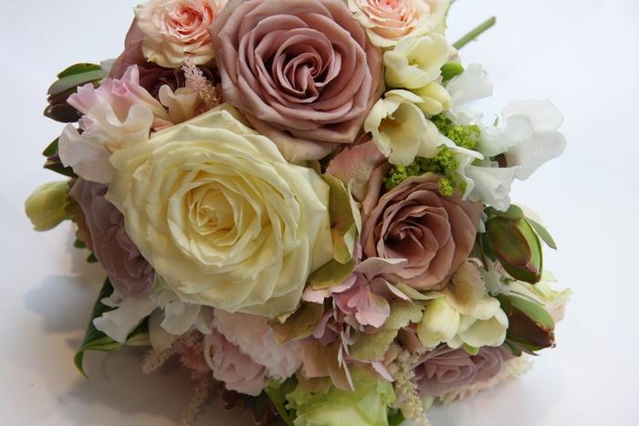 gelbe und rosa Rosen kleine grüne Pflanzen - Brautstrauß vintage