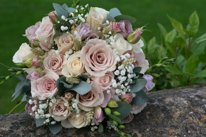 rosa Rosen und grüne Blätter kleine weiße Blumen Hochzeitsstrauß vintage