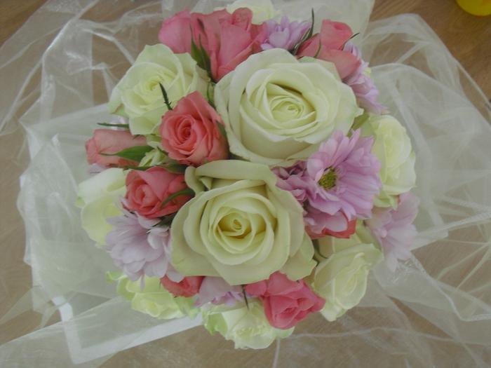 Hochzeitsstrauß vintage aus gelben und rosa Rosen und lila Blumem, weiße Dekoration