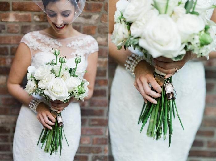 eine glückliche Braut mit Hochzeitsstrauß vintage aus weißen Blumen mit Schmuck