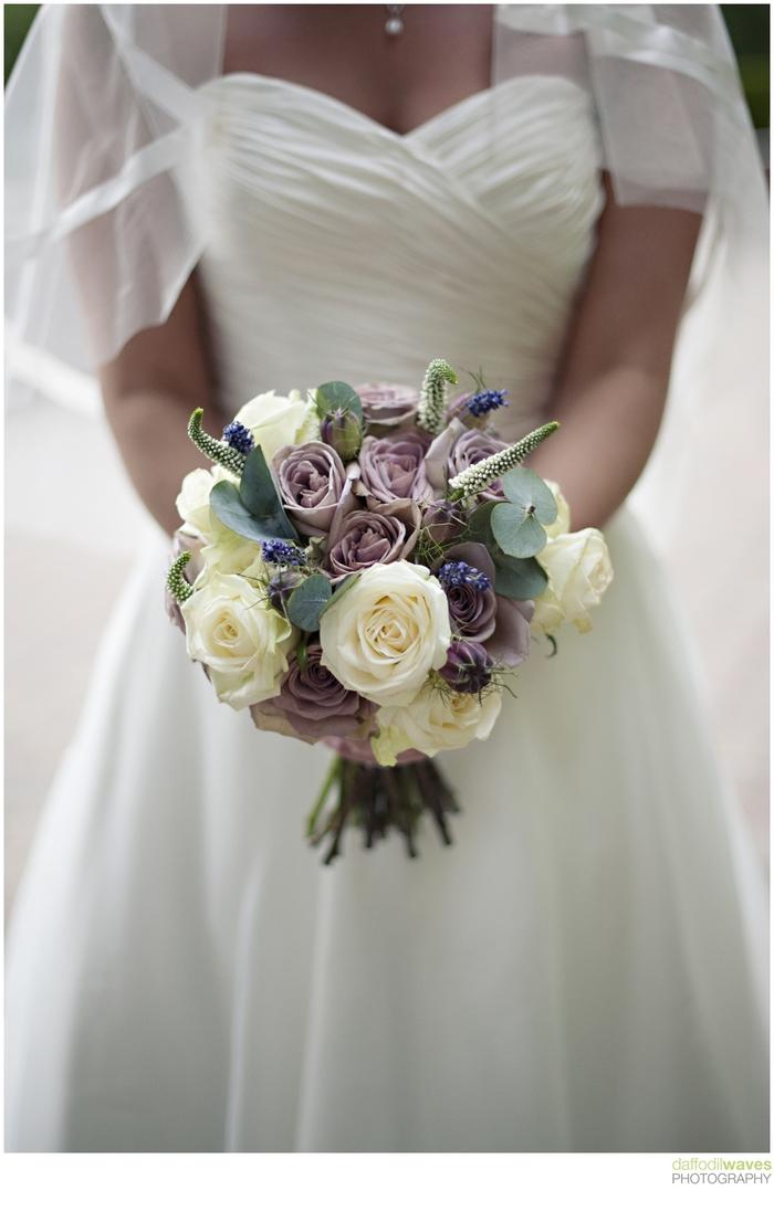 Hochzeitsstrauß vintage lila und weiße Rosen seltsame grüne Pflanzen Kleid mit Schleier