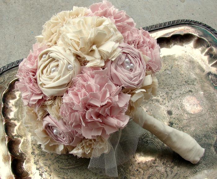 Hochzeitsstrauß vintage aus Stoff rosa und beige genähten Blumen auf Tablett