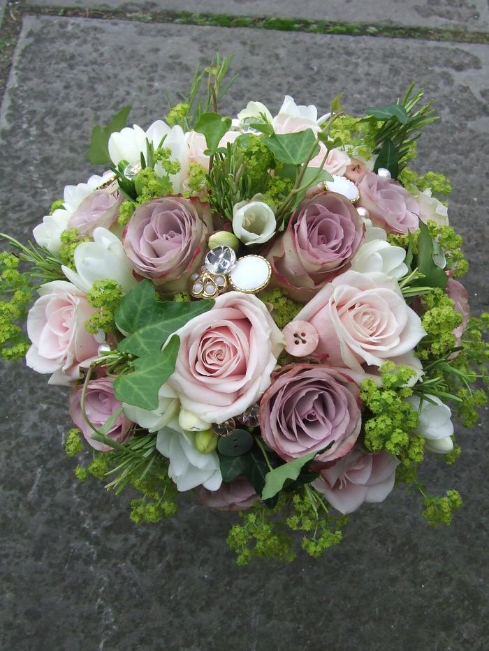 Blumenstrauß mit Knöpfen dekoriert aus rosa und lila Rosen - Hochzeitsstrauß vintage