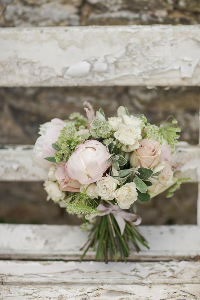 rosa und weiße Blumen mit grünen Akzent Brautstrauß Sommer auf einer vintage Bank