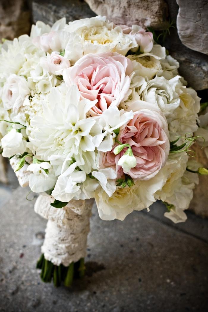 weiße und rosa Blumenstrauß mit Spitze umhüllt grüne kleine Pflanzen Brautstrauß Sommer