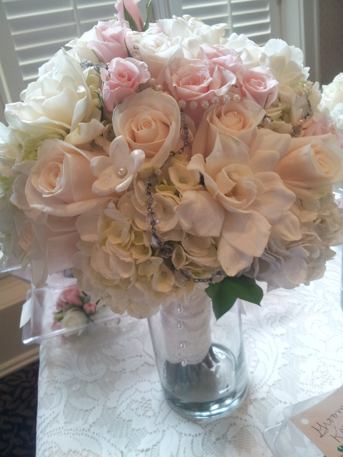 eine Glasperlen Kette als Dekoration von Brautstrauß Sommer mit echte und künstliche Blumen