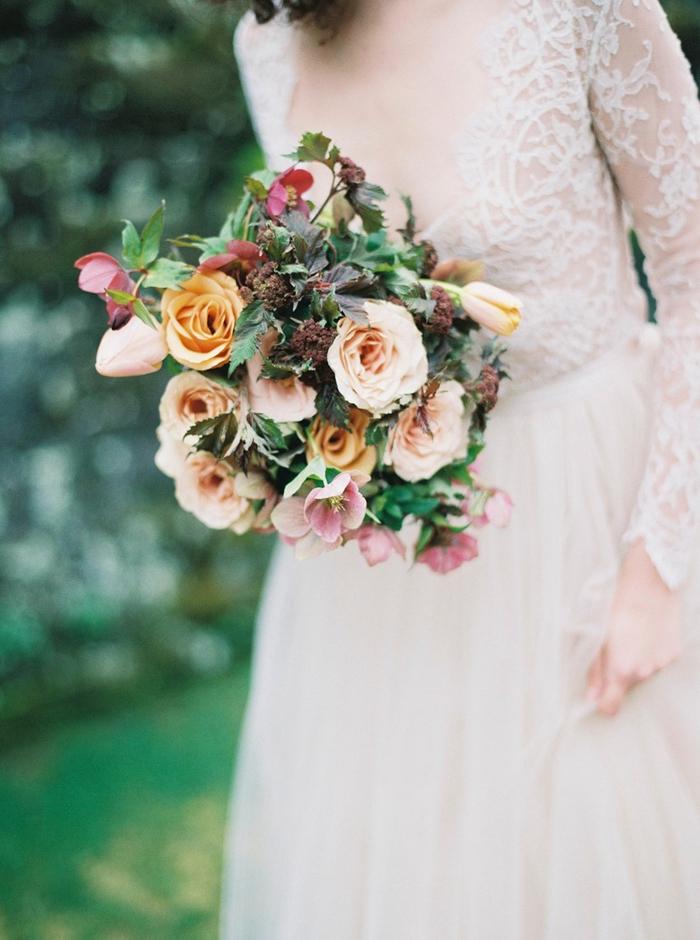rosa und gelbe Rosen und grüne Blätter, rosa Hochzeitskleid - Brautstrauß Sommer