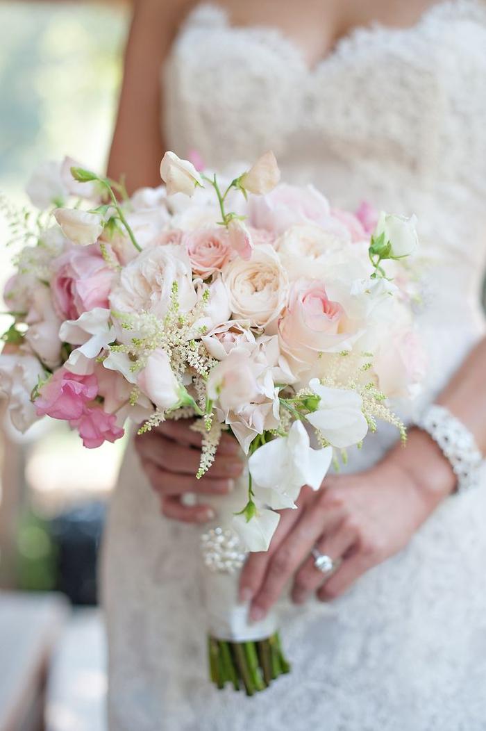 weiße und rosa Rosen Glasperlen Dekoration in der Verpackung - Brautstrauß Sommer
